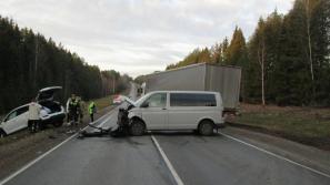 Два человека пострадали в аварии с микроавтобусом в Кировской области