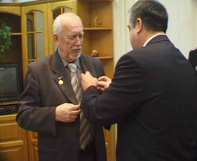 Служба судебных приставов вручила медаль кировскому кинодокументалисту