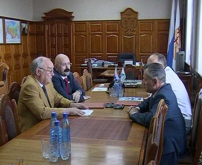 Встреча губернатора Николая Шаклеина с президентом Федерации хоккея с мячом Альбертом Поморцевым