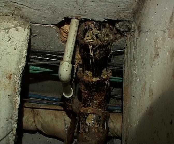 Подвал дома превратился в грязный колодец