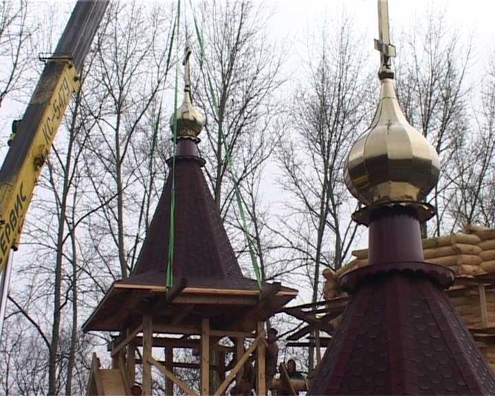 Золотые купола на храме в честь святого мученика Михаила Тихоницкого