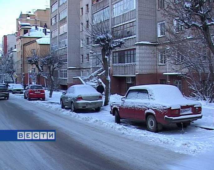 Неправильная парковка машин мешает уборке улиц