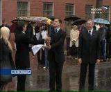Плечом к плечу, зонтом к зонту