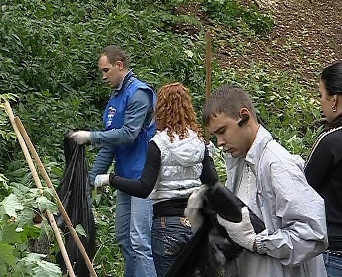 Очистка прибрежной части реки «Вятки» у Александровского сада