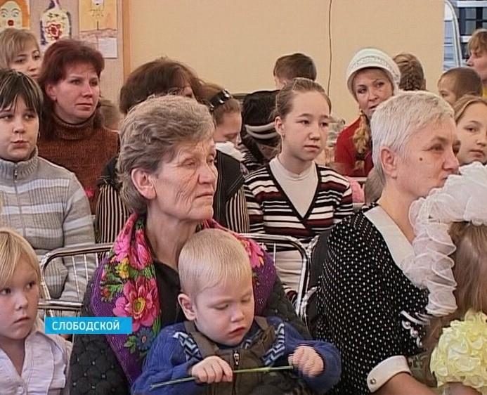Праздник «День матери» на слободском комбинате «Красный якорь»