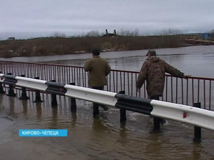 Мост затопило