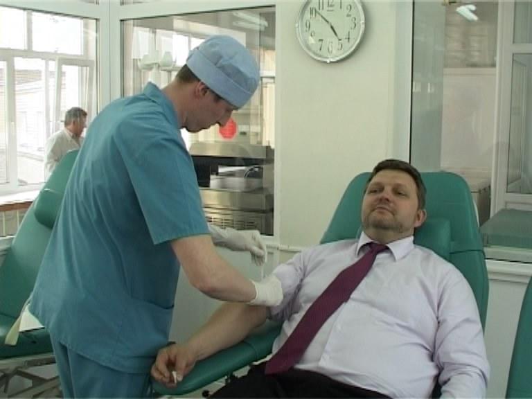 Н. Белых сдает кровь