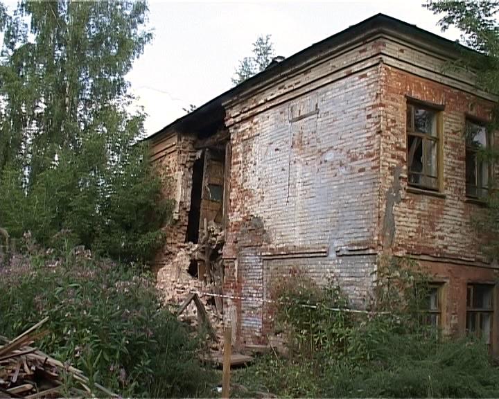 Обрушилась стена жилого дома