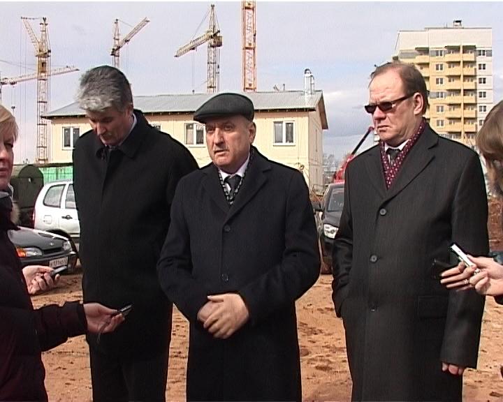 Глава города Кирова Владимир Быков ознакомился с ходом строительства двух детских учреждений