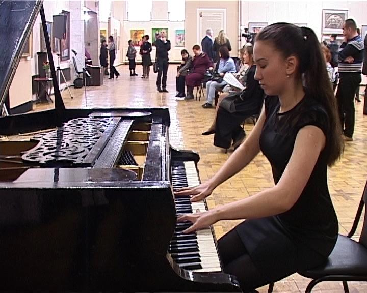 Необычная выставка «Музыка в музее» открылась в мраморном здании Вятского художественного музея