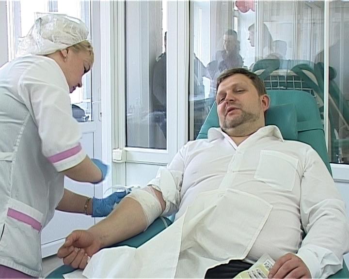 В честь дня донора Никита Белых и члены правительства сдали кровь