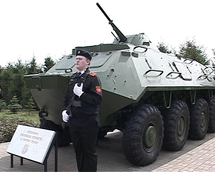 В Кирове у памятника маршалу Коневу установили бронетранспортер в честь кировчан,