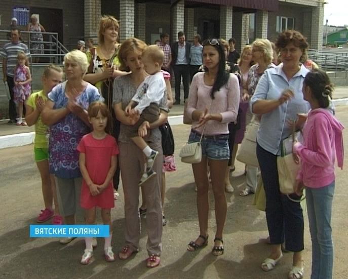 В Вятских Полянах ключи от новых квартир получили 35 семей по программе «Переселение из ветхого и аварийного жилья»