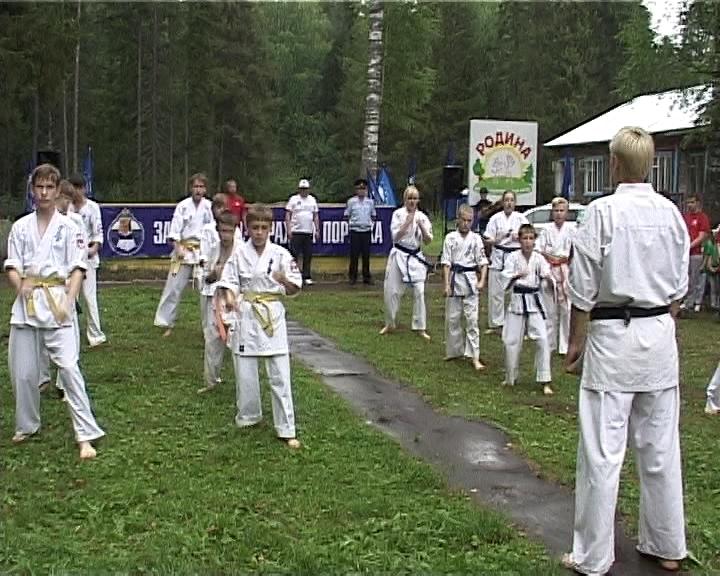 Зарядка со стражем порядка в лагере «Родина»