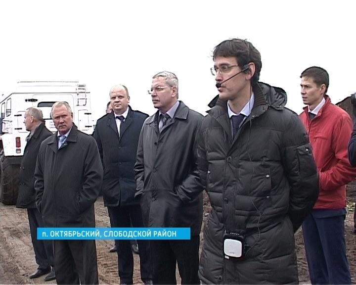 Анатолий Яновский на торфопредприятии в Слободском районе