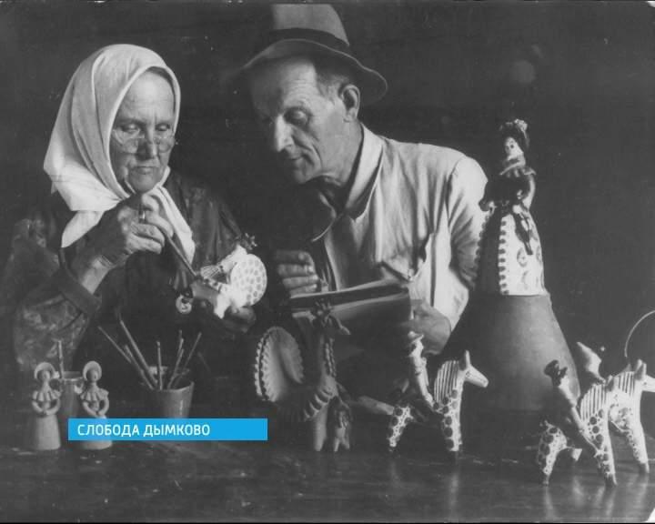 Мастерицы дымковской игрушки в слободе Дымково