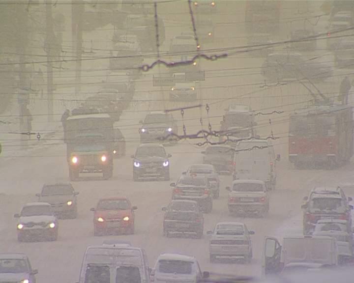 Кировских водителей просят сегодня воздержаться от поездок по городу.