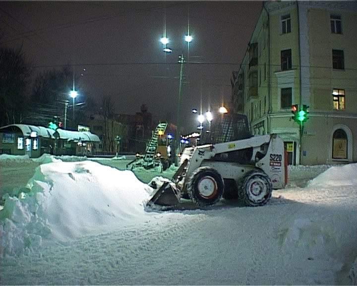 Сегодня ночью дорожные службы Кирова приступят к массовому вывозу снега.