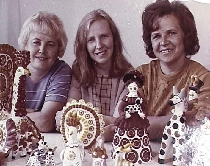 Мастерице дымковской игрушки Анне Кузьминых 80-лет