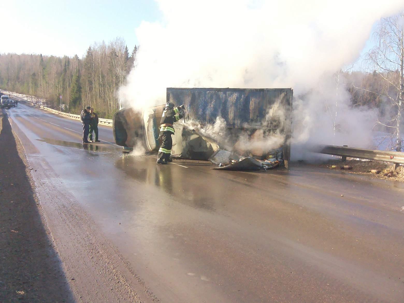 Пожарные предотвратили взрыв автомобиля.