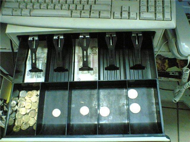 В Кирове продавец украла деньги из своего магазина.