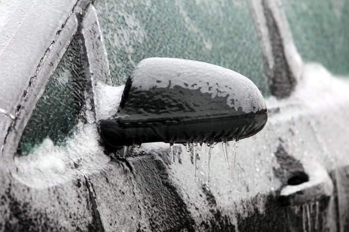 В Кирове из-за прошедшего утром ледяного дождя затруднено движение.