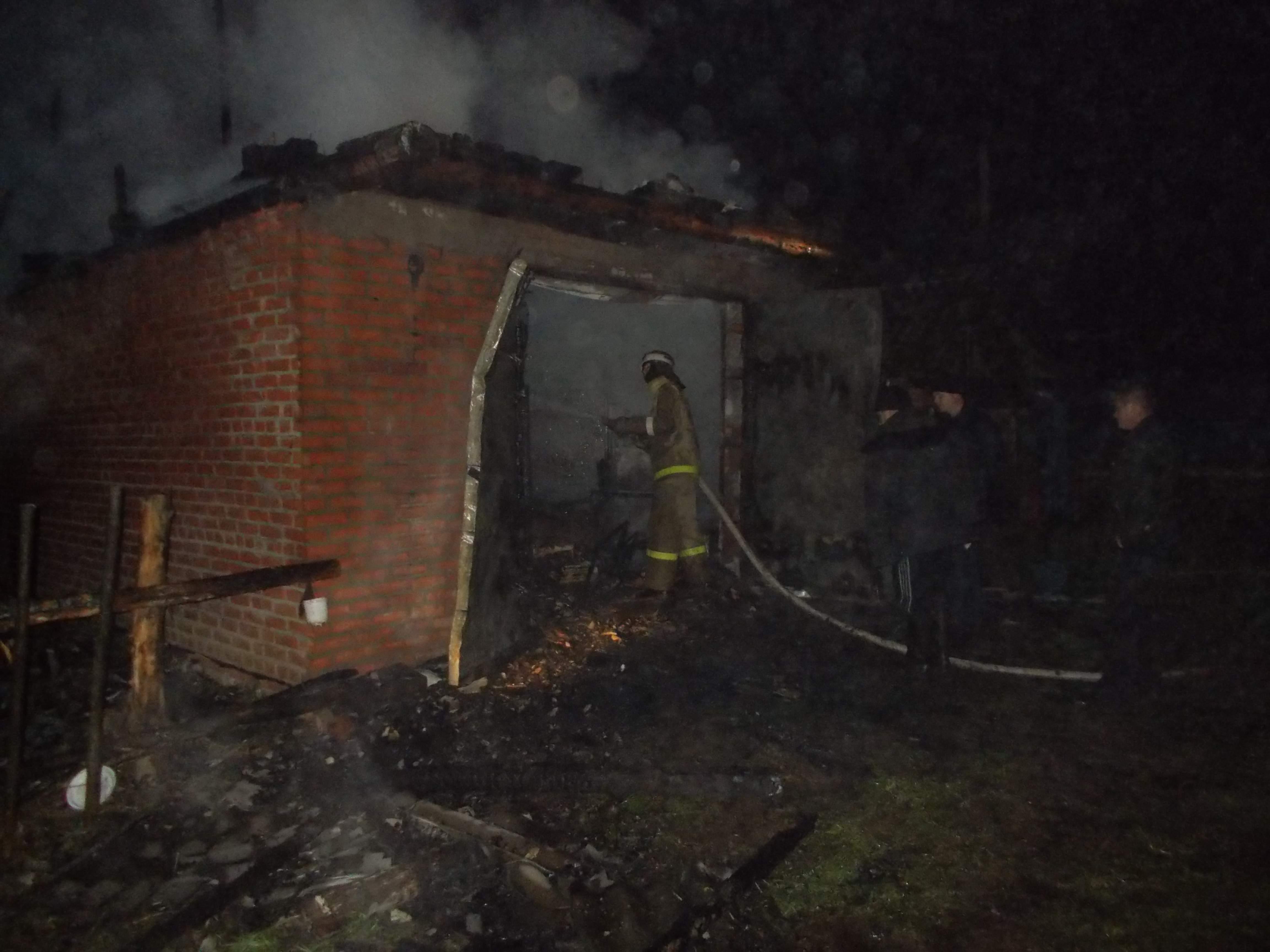 В Нагорском районе сгорело здание стоянки автомобилей.