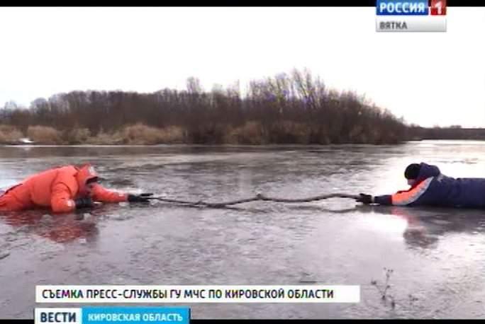 Сотрудники МЧС предупреждают любителей зимней рыбалки о тонком льде