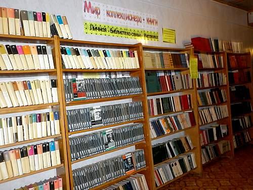 Кировская семья подарила библиотеке п. Афанасьево полторы тысячи книг.
