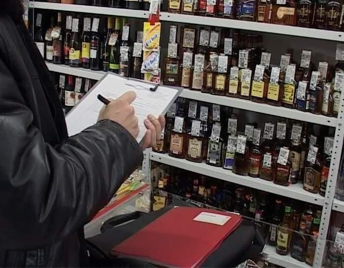 Кировские полицейские выявили две торговые точки, где продавали спиртное в неурочное время.