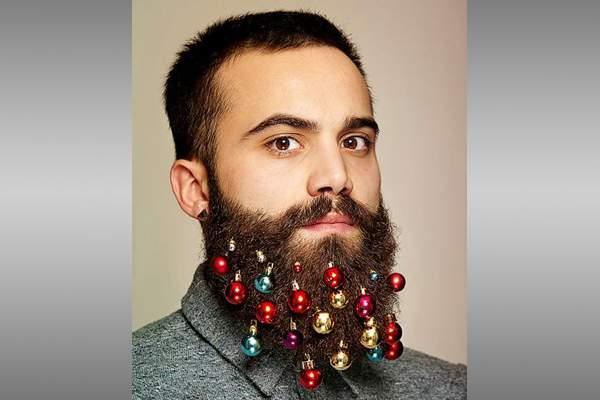 В Британии вошли в моду новогодние украшения для бороды.