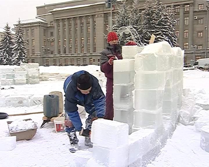 Строительство сказочных фигур и ледяных замков на Театральной площади в Кирове