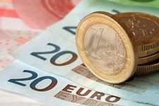 К 14.30 (мск) курс евро превысил 91 рубль, доллар достиг 74 рублей на торгах Московской биржи.