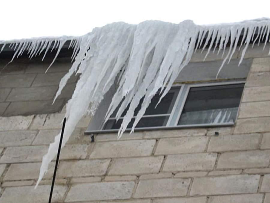 В Мурашинском районе директора коммунального предприятия наказали за снежную глыбу, травмировавшую пенсионерку.