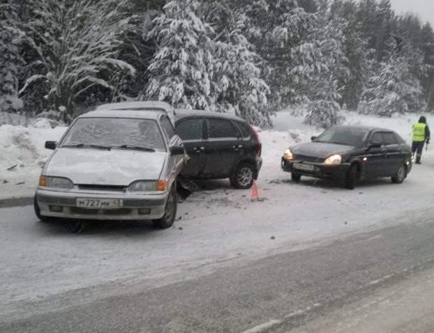 В Слободском районе столкнулись четыре автомобиля.