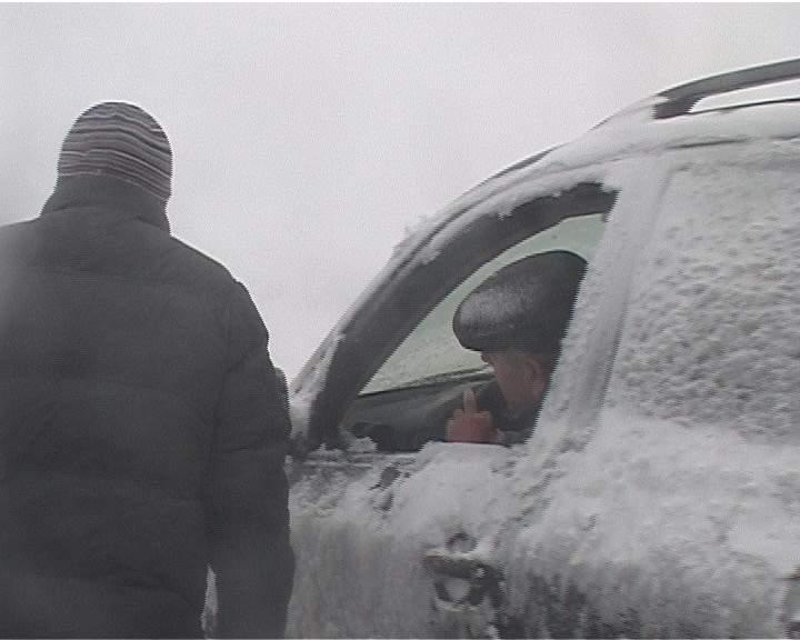 Автоинспекторы не дали замерзнуть детям и спасли жизнь водителю