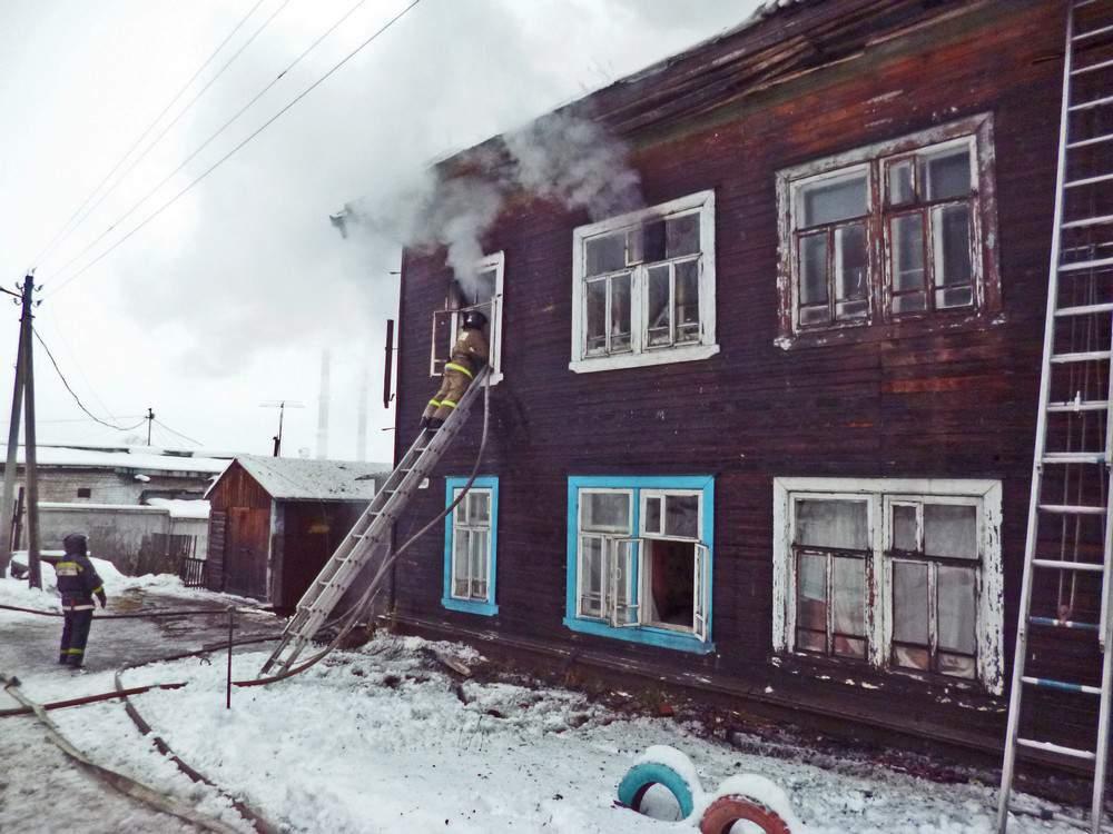 Кировские пожарные предотвратили взрыв газовых баллонов в жилом доме.