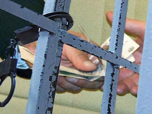 В Кирове мужчина, задержанный за хулиганство, попытался дать полицейским взятку.