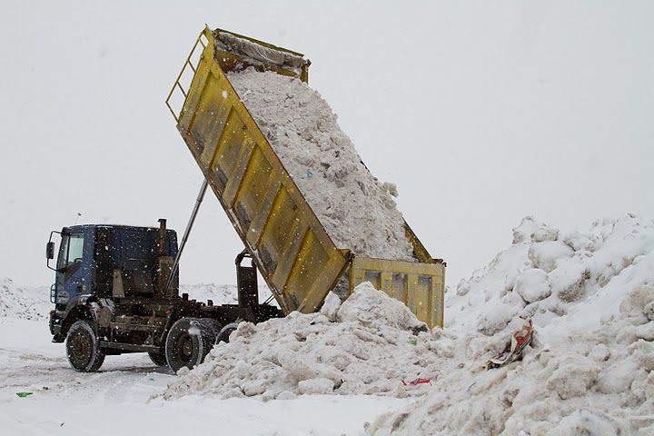 В Уржуме грязный снег с улиц сваливали в водохранной зоне.