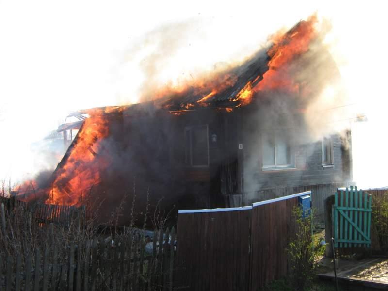 В п. Ленинское сгорел жилой дом.