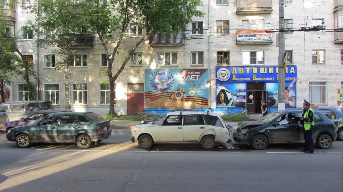 В Кирове на улице Попова столкнулись три автомобиля.