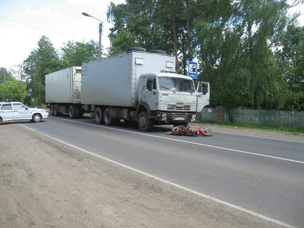 В Пижанском районе КАМАЗ сбил подростка на мотоцикле.