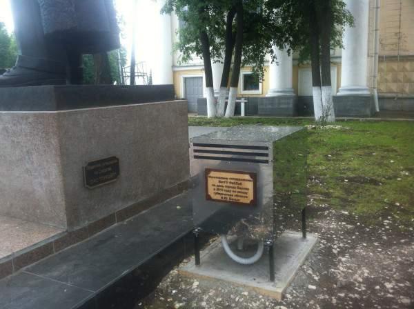 Памятник Шаляпину поет