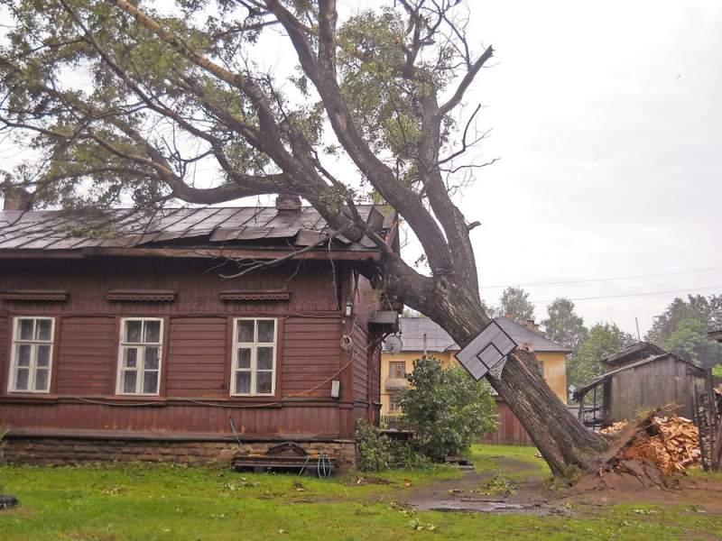 В п. Свеча продолжают ликвидировать последствия урагана.