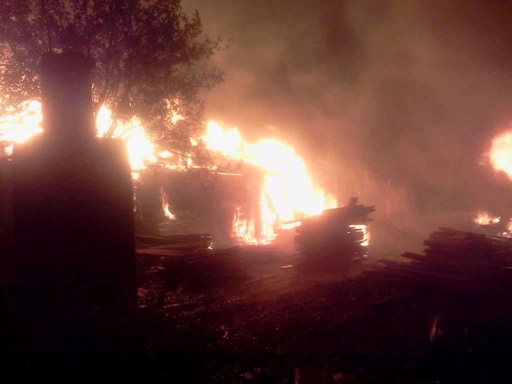В Котельниче сгорел двухквартирный жилой дом.