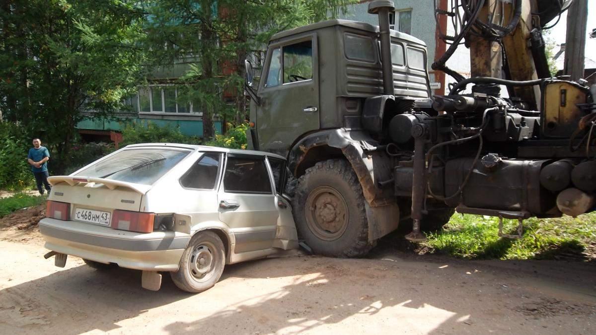 В Нолинске КАМАЗ наехал на ВАЗ-2114: пострадал 1 человек.