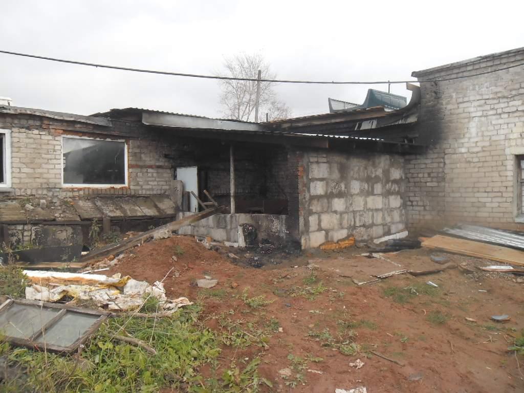 В Кирове из-за неосторожности сварщиков обгорел пристрой к зданию.