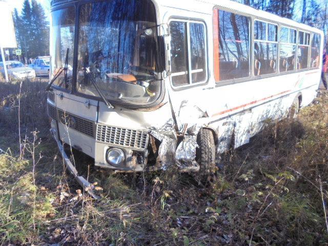 В Слободском районе «БМВ Х3» врезался в автобус: один пострадавший.