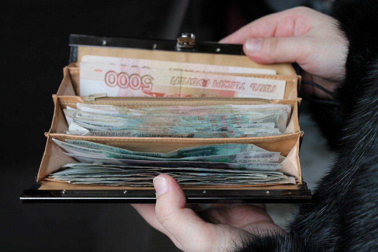 В Кирове продавец медтехники похитил у пенсионерки 90 тысяч рублей.