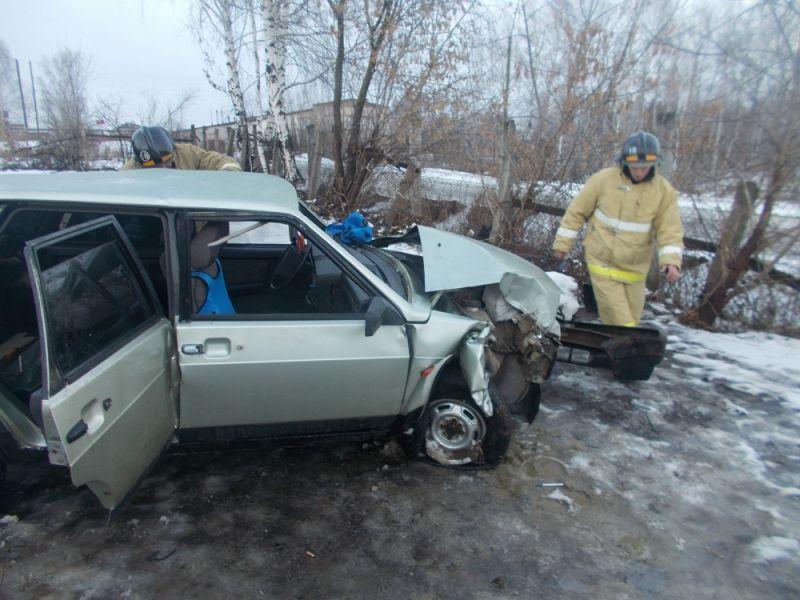 В Уржумском районе ВАЗ-21099 врезался в дерево: пострадали три человека.